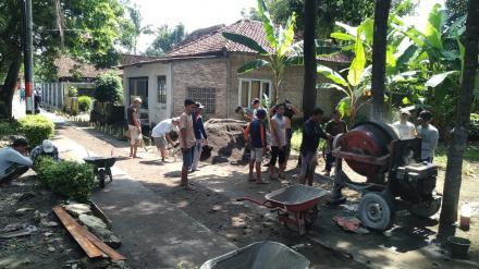 Pelaksanaan Cor Blok Jalan Dusun Bogoran RT 002