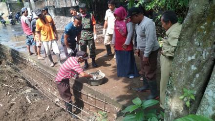Peletakan Batu Pertama Pembangunan Drainase Dusun Sragan RT 006